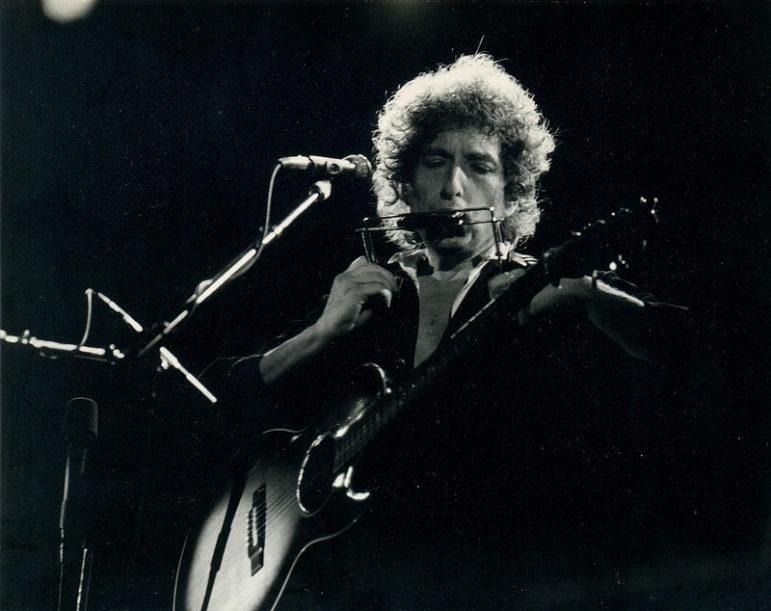 Bob-Dylan-playing