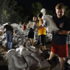 Volunteer_work_to_fill_and_move_sandbags_in_Missouri